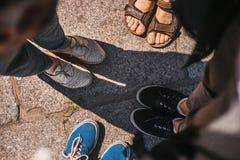 Vue supérieure des chaussures d'amis sur la route jambes du groupe de personnes dans ci Image libre de droits