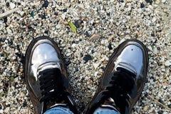 Vue supérieure des chaussures de miroir sur une pierre grise Le style minimal Espadrilles sur le fond de petits cailloux Photo libre de droits