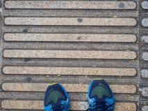 Vue supérieure des chaussures des guides de trottoir pour des abat-jour Images stock