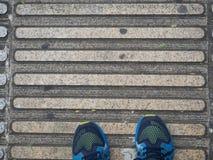 Vue supérieure des chaussures des guides de trottoir pour des abat-jour Photos stock