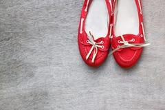 Vue supérieure des chaussures portées rouges de femme au-dessus du fond texturisé en bois filtre de style d'instagram Images stock