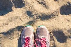 Vue supérieure des chaussures sur la plage tropicale de sable, selfie, concept de voyage Image libre de droits