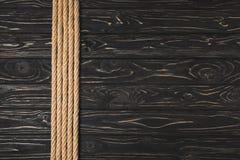 vue supérieure des cordes nautiques brunes placées dans la rangée image libre de droits