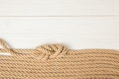 vue supérieure des cordes nautiques brunes placées dans la rangée sur en bois blanc image stock