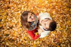 Vue supérieure des couples dans l'amour en parc avec les feuilles tombées Photo libre de droits
