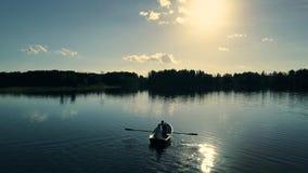 Vue supérieure des couples heureux dans un bateau sur le lac banque de vidéos