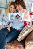 Vue supérieure des couples prenant le selfie sur un sofa Images libres de droits