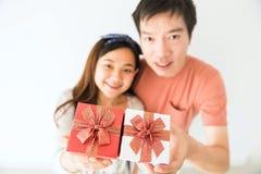 Vue supérieure des couples tenant le cadeau de valentine Photos libres de droits