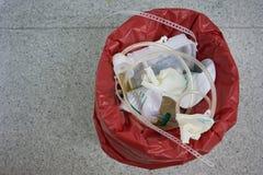Vue supérieure des déchets chirurgicaux dans la salle d'opération image stock