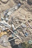 Vue supérieure des déchets sur une plage photos libres de droits