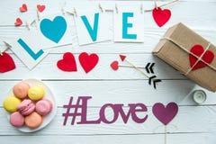 Vue supérieure des décorations de jour de valentines, biscuits de macaron Images libres de droits