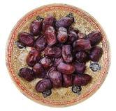 Vue supérieure des dattes sèches du plat indien en laiton image libre de droits