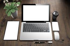vue supérieure des dispositifs blancs d'écran sur la table en bois image libre de droits