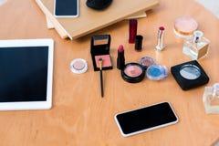 vue supérieure des dispositifs numériques et des divers cosmétiques photos stock