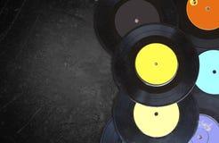 Vue supérieure des disques au-dessus du tableau noir texturisé Image libre de droits