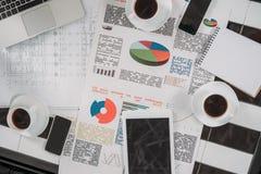vue supérieure des documents d'entreprise sur le lieu de travail avec les dispositifs numériques image stock