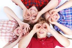 Vue supérieure des enfants se trouvant sur le plancher Photographie stock libre de droits