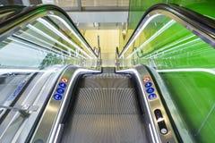 Vue supérieure des escalators, combinaison de couleurs verte angle panoramique d'escalator Photos libres de droits