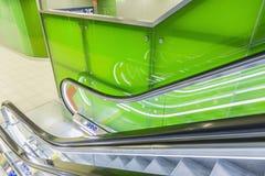 Vue supérieure des escalators, combinaison de couleurs verte angle panoramique d'escalator Image stock