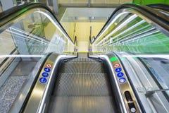 Vue supérieure des escalators, combinaison de couleurs verte angle panoramique d'escalator Photo stock