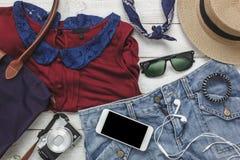 Vue supérieure des femmes d'habillement d'accessoires à voyager avec le concept de fond de technologie Photographie stock