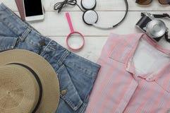 Vue supérieure des femmes d'habillement d'accessoires à voyager avec le concept de fond de technologie Photos stock