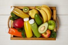 vue supérieure des fruits et des smoothies de detox dans la boîte en bois photo stock