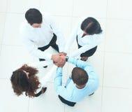 Vue supérieure des gens d'affaires avec leurs mains ensemble dans un circl Photo libre de droits