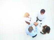 Vue supérieure des gens d'affaires avec leurs mains ensemble dans un circl Photographie stock