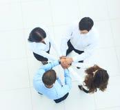 Vue supérieure des gens d'affaires avec leurs mains ensemble dans un circl Image stock