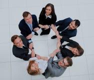 Vue supérieure des gens d'affaires avec leurs mains ensemble en cercle Photographie stock libre de droits