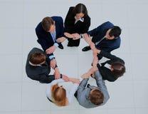 Vue supérieure des gens d'affaires avec leurs mains ensemble en cercle Images libres de droits