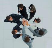 Vue supérieure des gens d'affaires avec leurs mains ensemble en cercle Image libre de droits