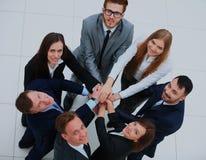 Vue supérieure des gens d'affaires avec leurs mains ensemble en cercle Photographie stock