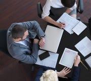 Vue supérieure des gens d'affaires de groupe sur la réunion Image libre de droits