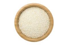 Vue supérieure des graines de sésame blanches dans la cuvette en bois d'isolement sur le blanc Photographie stock libre de droits