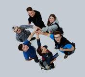 Vue supérieure des jeunes avec leurs mains ensemble en cercle photo stock