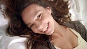 Vue supérieure des lèvres de baiser de sourire de visage de femme regardant la caméra Flirt de femme banque de vidéos
