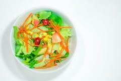 Vue supérieure des légumes de fraîcheur dans une cuvette blanche sur le backgr blanc Photo stock