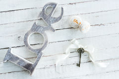 Vue supérieure des macarons savoureux, clé de vintage avec l'arc et symbole d'amour Photographie stock libre de droits
