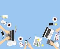 Vue supérieure des mains femelles, bureau, écran d'ordinateur portable Illustration Stock