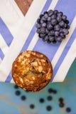 Vue supérieure des myrtilles et du petit pain frais de myrtille Images stock