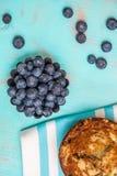 Vue supérieure des myrtilles et du petit pain frais de myrtille Photo stock