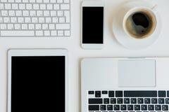 Vue supérieure des ordinateurs portables avec le comprimé numérique et le smartphone sur le dessus de table photos libres de droits