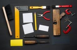 Vue supérieure des outils assortis de boisage et de menuiserie sur le fond de texture en bois de pin image stock