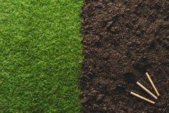 vue supérieure des outils de pelouse et de jardinage sur le sol Photographie stock libre de droits