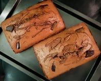 Vue supérieure des pains délicieux de gâteau de chocolat dans une casserole Dessert frais-cuit au four doux avec des morceaux  photo stock