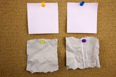 Vue supérieure des papiers de note collants colorés d'isolement sur le blanc Photos libres de droits
