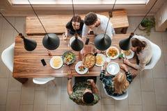 Vue supérieure des personnes dînant ensemble tout en se reposant Photographie stock
