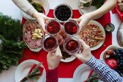 Vue supérieure des personnes grillant avec des verres de vin rouge Photo libre de droits